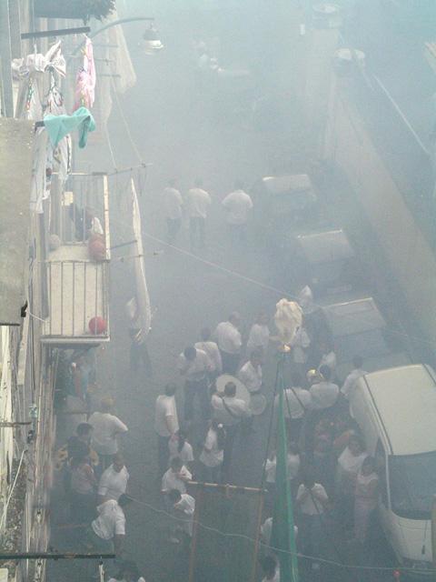 Nuage de fumée après la détonation d'une batterie de pétards lors de la procession de la Sant'Anna dans la Salità di Capodimonte